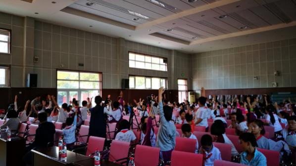 南开大学附属小学的小同学们在航天科普教育现场踊跃家举手提问