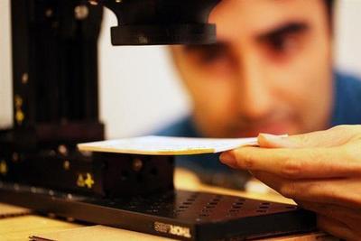 麻省理工研发新影像技术 不用翻开书就能看内页