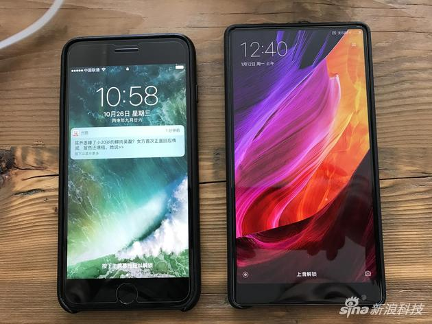 iPhone 7 Plus(左)和小米MIX(右)
