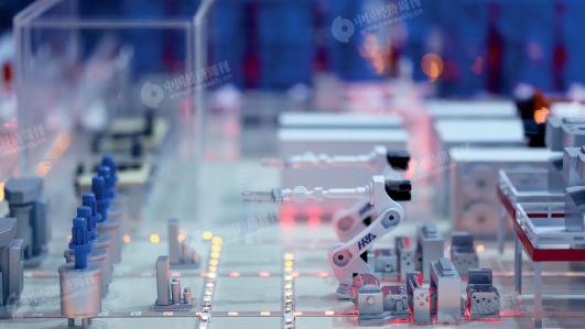 2016世界机器人大会上展示的哈尔滨工业大学智慧工厂模型 《中国经济周刊》视觉中心 见习记者 胡巍 摄