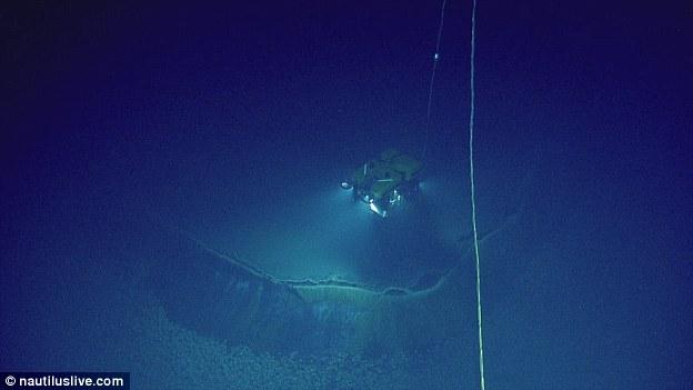"""2014年,科学家利用远程遥控潜水机器人在墨西哥湾海底首次发现了一个巨大的""""无底卤水池""""。"""