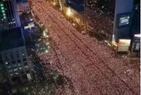 ▲韩国民众组织大规模抗议游行( 图片来自网络)