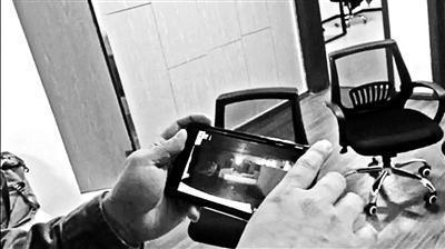 王海用手机展示在线仓库你的假货(视频截图)