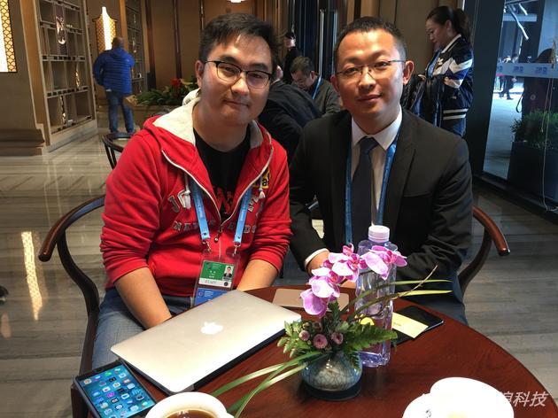 知乎创始人周源(右)接受了新浪科技专访