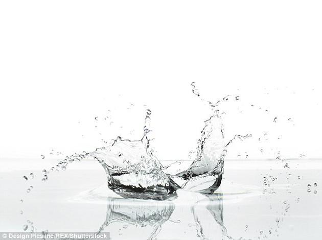 他们采用的实验材料为乙醇液滴,以及由硅制成的基材,因为后者是一种常见的浴室密封材料,而且可以达到不同的软硬度。