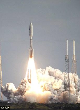 2006年1月19日,新视野号探测船由美国宇宙神5型运载火箭携带,从佛罗里达州卡纳维拉尔角空军基地发射站发射升空,开始了前往冥王星的漫长旅程。
