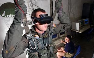 还在玩VR战争游戏?HoloLens准备开进战场了