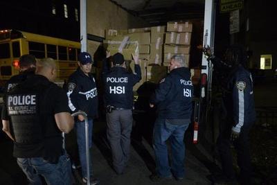 纽约警方查获从中国进口的假冒苹果三星手机
