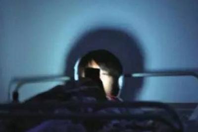 流言揭秘:黑暗中看手机易失明?不至于!