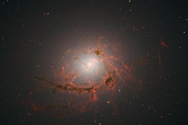 哈勃最新图片显示:星系被超大质量黑洞蚕食形成美丽丝状物