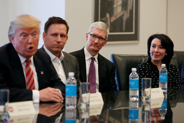 (从左至右)美国当选总统特朗普、风投家彼得·蒂尔、苹果CEO库克、甲骨文联席CEO萨弗拉·卡兹