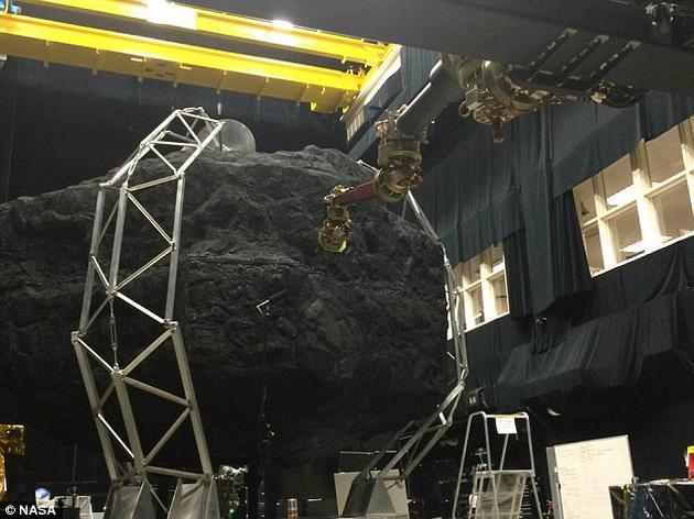 """在美国宇航局兰利研究中心,科学家们正在对""""小行星重定向任务""""中将要使用到的机械臂技术开展测试工作"""