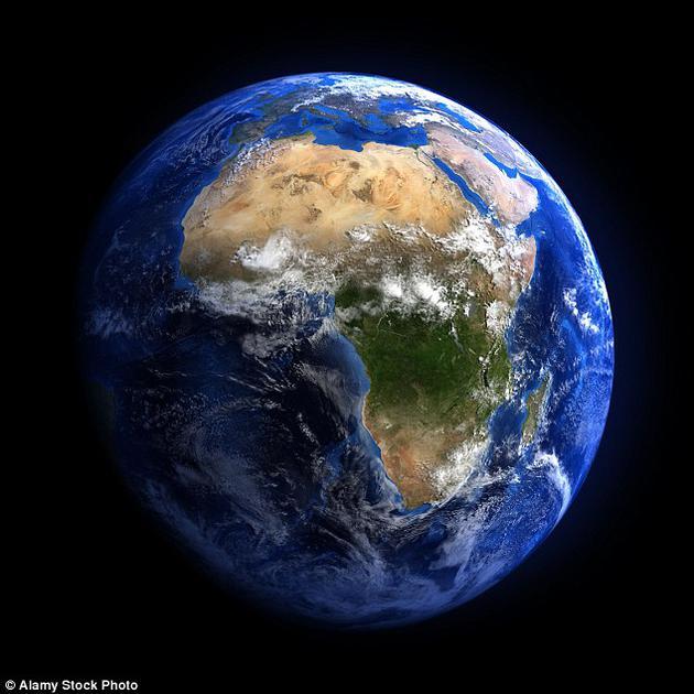 """英国科学家最新研究发现,地球上的潮汐可以起到一种""""潮汐减速""""的作用,造成每天时间变长。一天的时长以每世纪增长1.8‰秒的平均速度在变长。"""
