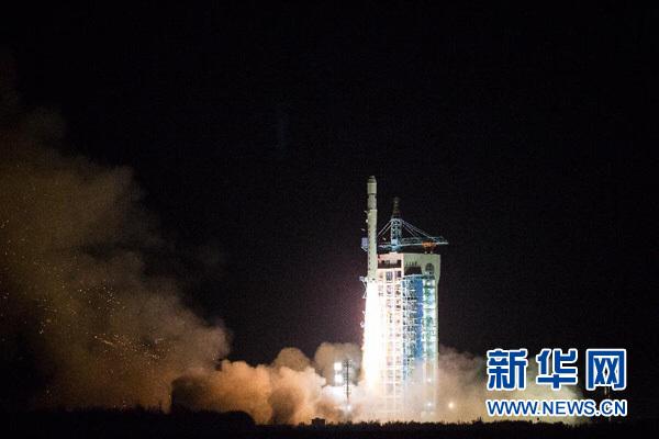 """12月22日3时22分,我国在酒泉卫星发射中心用长征二号丁运载火箭成功将全球二氧化碳监测科学实验卫星(简称""""碳卫星"""")发射升空。本次发射的碳卫星是我国首颗用于监测全球大气二氧化碳含量的科学实验卫星。此外,本次任务还搭载发射中科院微小卫星创新研究院自主安排研制的1颗高分辨率微纳卫星和2颗高光谱微纳卫星。新华社发(任晖 摄)"""