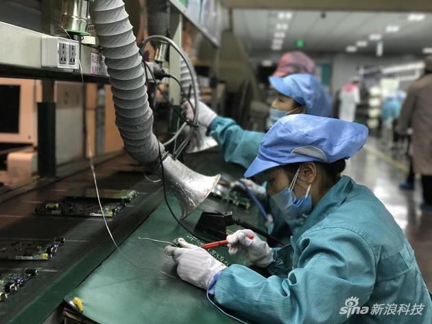 作业人员配备了专用的防尘服、网帽、口罩、手套
