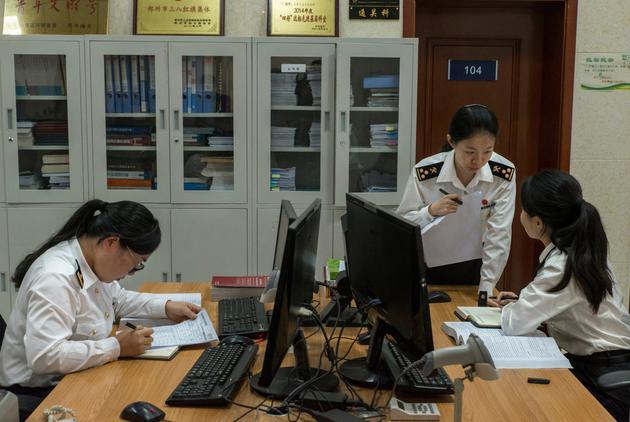 郑州新郑保税区海关的工作人员,苹果iPhone在这里进行虚拟进出口。