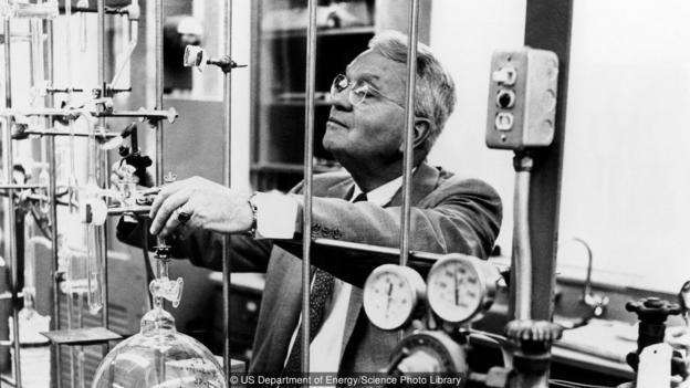"""哈罗德·尤里正在实验室里检查设备。1950年代,尤里和斯坦利·米勒共同设计并实施了著名的""""尤里-米勒实验"""""""