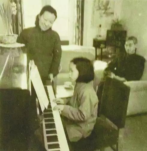 郭永怀、李佩夫妇陪女儿弹钢琴