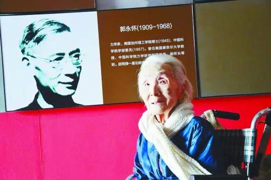 """李佩先生参观""""两弹一星""""纪念馆 熊卫民/摄"""
