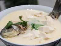 流言揭秘:鱼汤熬得越白越好?非也