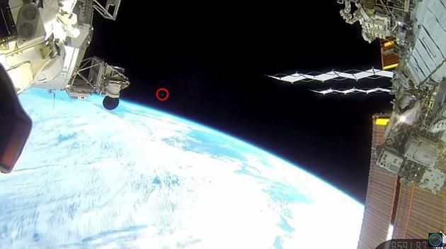 去年11月,一枚不明物体从国际空间站前方迅速飞过,而直播视频随后便被切断了。
