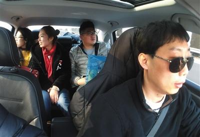 同车的四个人今年都是第一次坐顺风车回家过年。