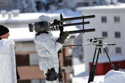 这是一杆专打无人机的肩扛发射器 只不过它射的不是导弹