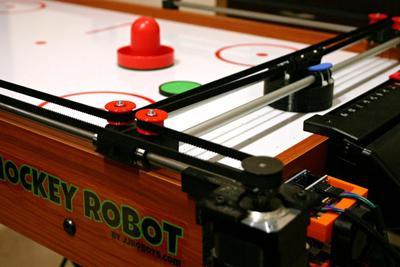 跟机器人玩桌上冰球 请做好被虐哭的准备