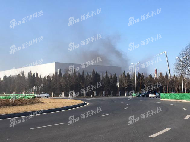 新浪科技记者在工厂现场看到,工厂厂区内仍有黑烟冒出。