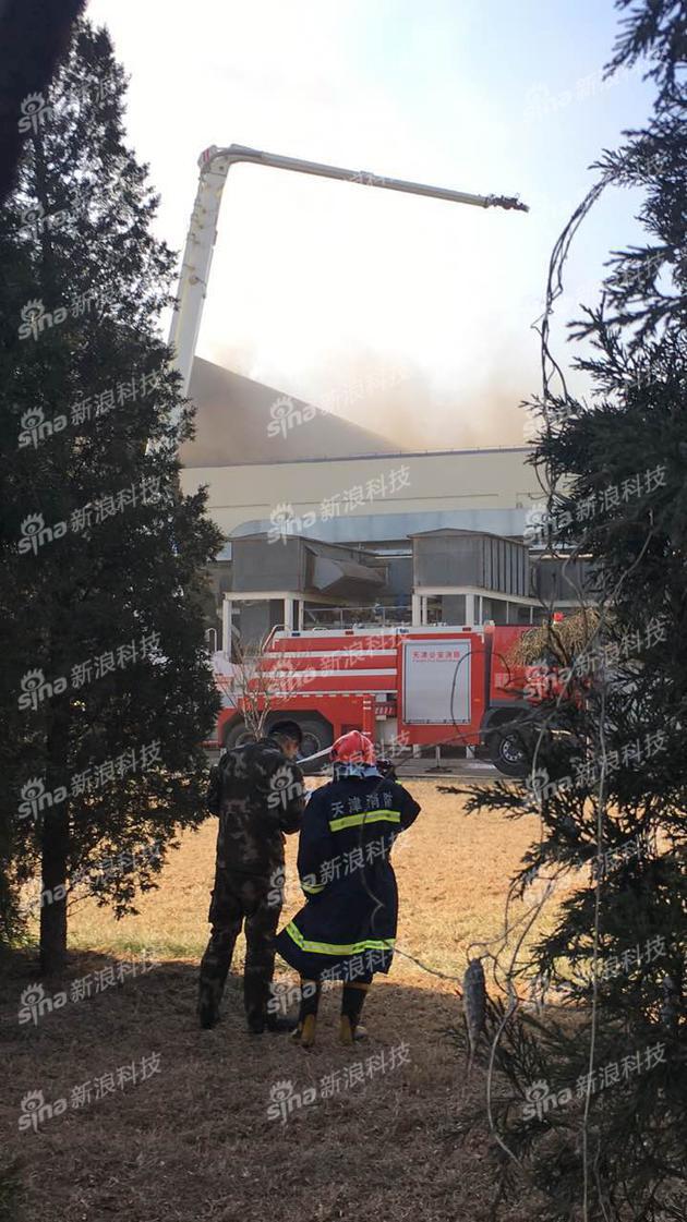 现场参与灭火的消防官兵还在向着火区域洒水,在排查余火。