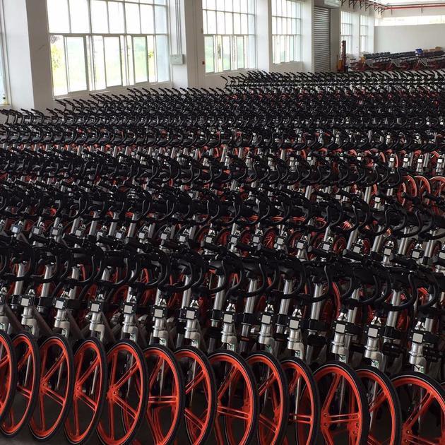 摩拜单车披露的自行车生产车间,公开数据显示,摩拜单车自已于今年1月4日完成了D轮2.15亿美元的股权融资;其竞争对手ofo共享单车则在2016年10月获得C轮1.3亿美元融资。