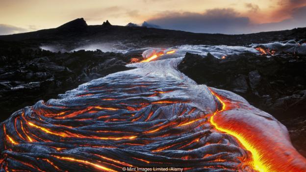 夏威夷火山的喷发与板块运动无关。
