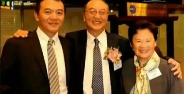左边是儿子柳林,右边是柳传志的夫人。