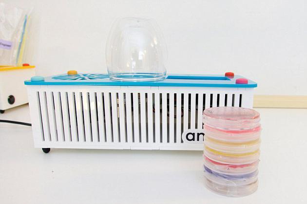 在网上只需两三百美元便可买到全套装备。这样一来,个体研究人员和学生无需其它任何专业设备,便可独立将DNA片段插入细菌遗传编码中。