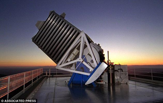 """""""斯隆数字巡天""""项目拥有专门的天文望远镜,望远镜位于新墨西哥州阿帕奇波因特天文台。"""