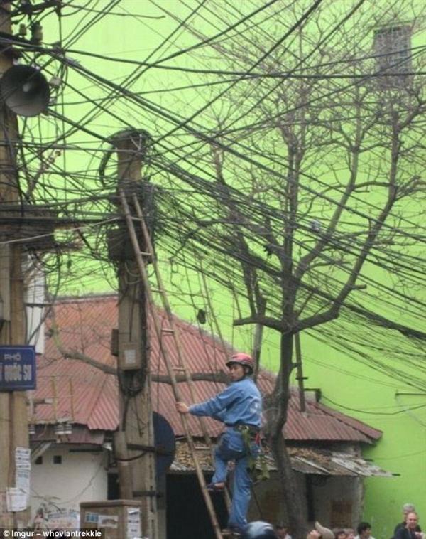 在如此纠缠繁复的电线中进行检修,危险系数绝非一般。