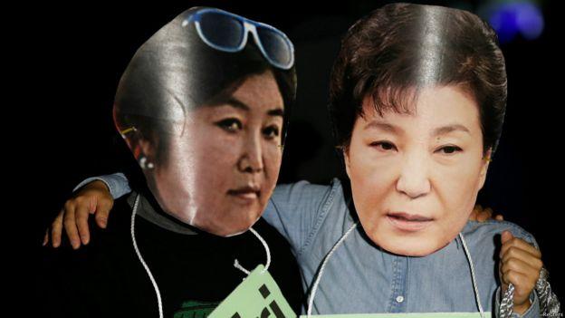 """韩国民众用面具讽刺朴槿惠和其""""闺蜜""""崔顺实"""
