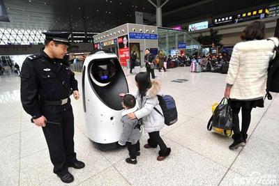 图集|全国首款警察机器人亮相郑州 引小萝莉驻足围观