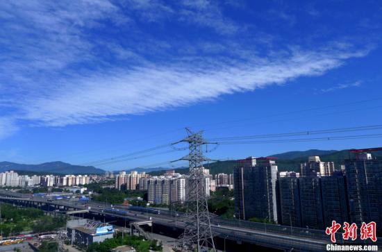 图为北京石景山区的上空呈现蓝天白云美景。中新社发 李文明 摄 图片来源:CNSPHOTO
