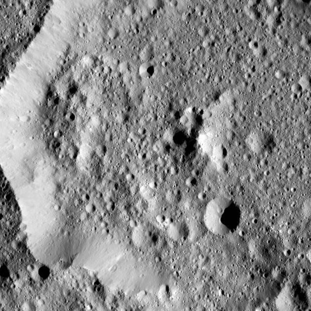 Ernutet陨坑直径大约52公里,位于谷神星的北半球