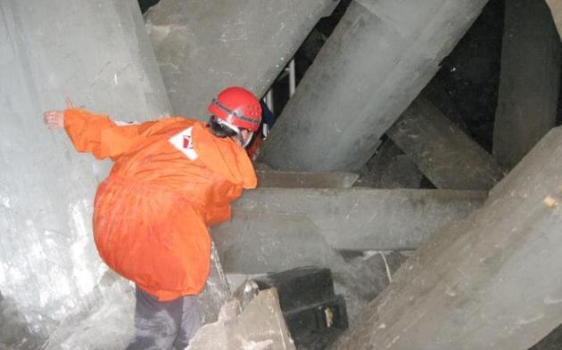 新墨西哥矿藏与技术研究所的研究人员亲自进入缺少光线和氧气的岩洞中,发现了大量年龄已有6万年之久的微生物。