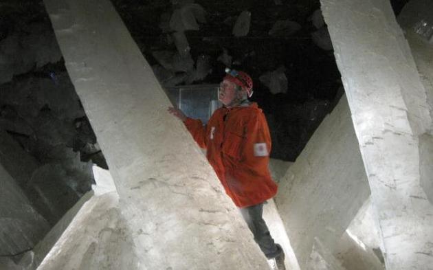 一名研究人员正在观察石膏晶体柱。