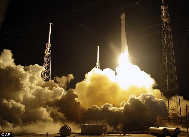 他的公司最近的一次成就,是成功的将该公司猎鹰9号火箭的第一级垂直的着陆在海面驳船上,或在陆地的发射场上,从而验证了可重复使用火箭的技术