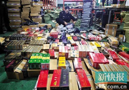 民警花了6小时才把这批香烟包裹拆完。