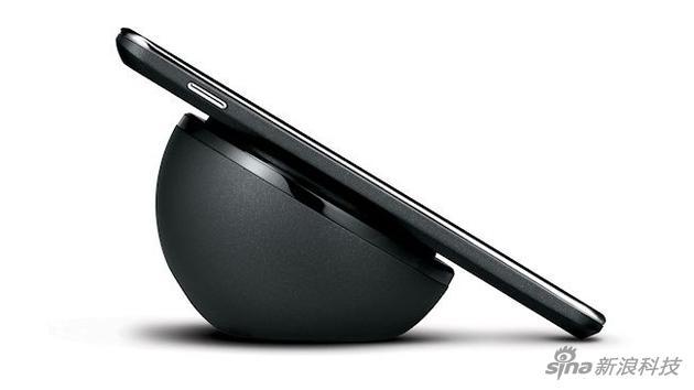 图为一部正在无线充电的安卓手机