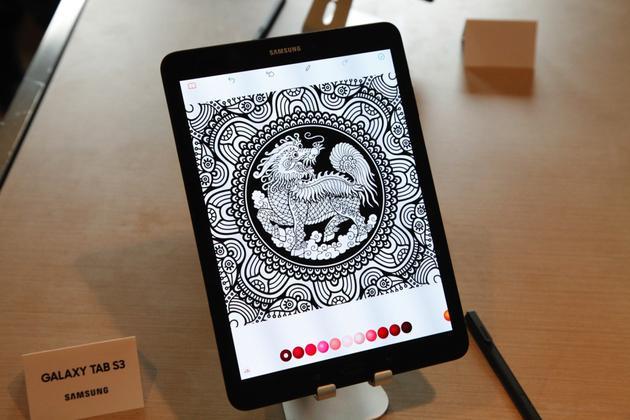 一款二合一产品   除了平板,三星还发布了一款真正的二合一产品三星Galaxy Book,如今很多厂商都在切入二合一产品,比如已经更新到第四代的Surface Pro以及去年刚切入PC市场的Huawei MateBook。   三星Galaxy Book共有10.6英寸和12.3英寸两种版本可选,12.3英寸版本屏幕分辨为2736 x1824,而10.