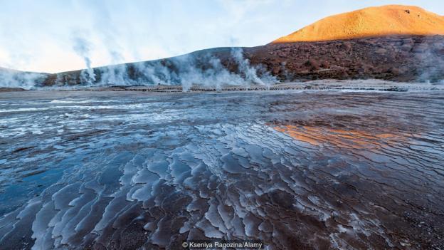 火山水温度很高,并且富含化学元素。