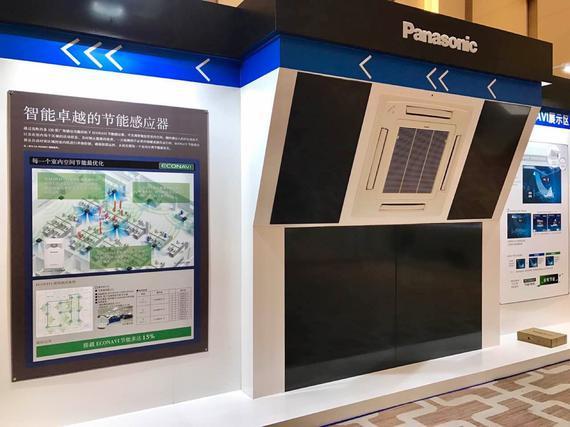 新浪科技讯 3月1日下午消息,今天下午松下在广州召开发布会,正式发布旗下MASTER 2.0+中央空调以及2017年度战略。新品包含空调、空净两种功能,可以对甲醛、PM 2.5、细菌等问题进行处理。   松下表示,MASTER 2.0+中央空调专门搭载了W-nanoe双纳米水离子净化专利,通过散发水离子,让离子中的OH游离基与甲醛结合进行分解。W-nanoe净化装置也可以独立运行,不受空调开关限制。针对PM2.