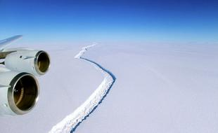 """南极冰架裂缝扩大:巨型冰山""""很快""""形成"""