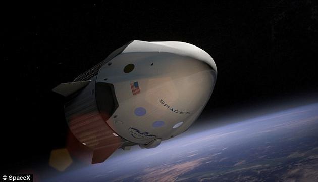 """太空探索公司SpaceX近日宣布将于2018年将两名旅客送上月球。不过,这注定是一次艰辛的旅程,乘员可能会不停呕吐、面部肿胀、尿急尿频。他们将搭乘SpaceX公司的""""龙飞船""""。经过改良之后的龙飞船可在深空中与地球保持联系,且大部分时间中都可自动驾驶。不过乘员仍需经受训练,以应对紧急情况。"""
